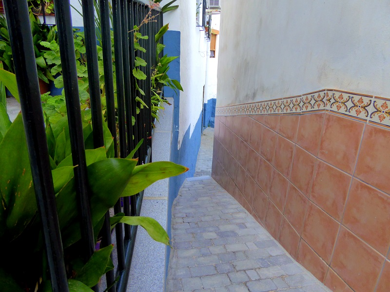 Almuñécar's narrowest street in Europe - street with no name, just off of Calle San Joaquin