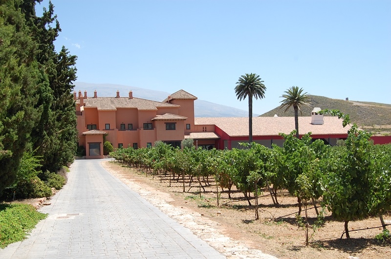 The Senorio de Nevada Hotel & Winery was built i 1996, with Jesus del Valle as architekt. The inspiration for the building was an old country house.